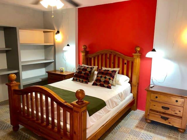 Ahora te mostramos la habitación de la planta alta con cama queen size, espacioso armario y aire acondicionado de última generación.
