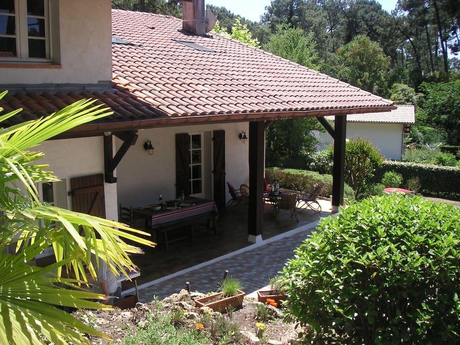 La terrasse à l'ouest depuis le jardin