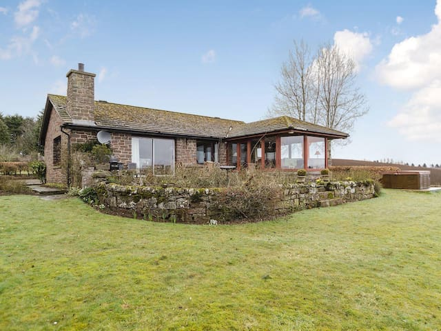 Spacious Country Cottage w/ Hot Tub - New Alyth