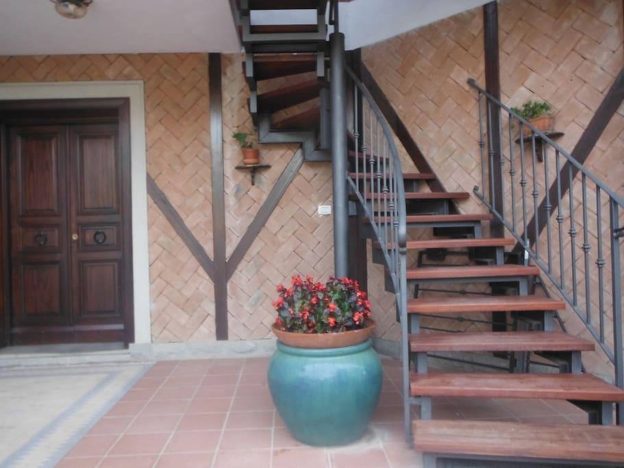 Veranda con scala di accesso