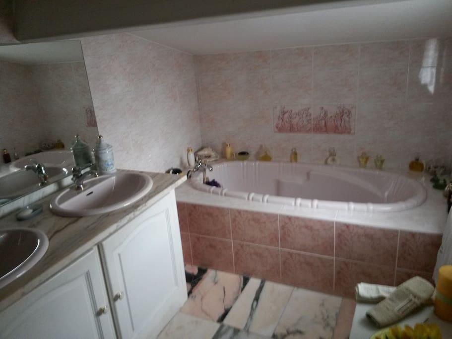 La salle de bain avec toilette