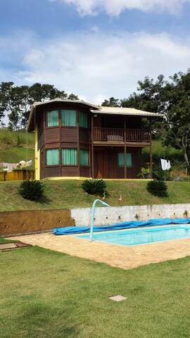 Casa com piscina em meio a natureza !