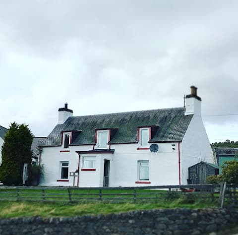 Traditional Croft Cottage Minutes from Lochness
