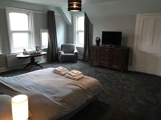Large ensuite master bedroom - Folkestone - Apartament