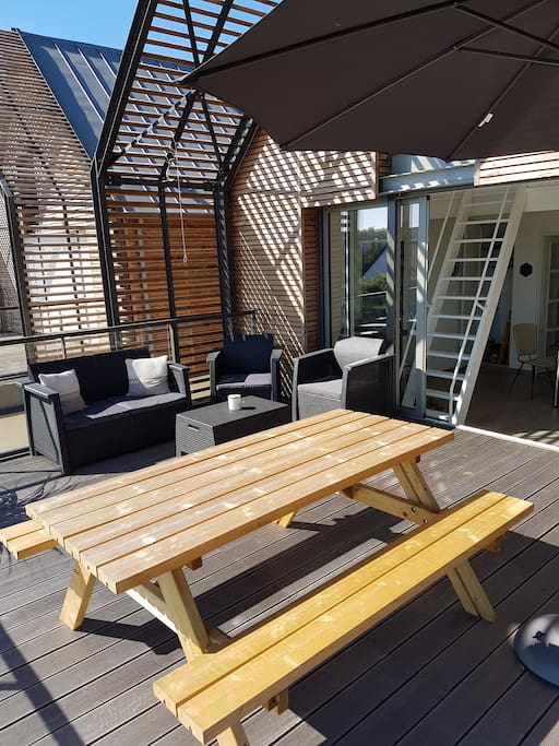 Terrasse avec table et salon