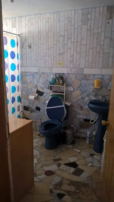 Baño marmol se cuenta con cisterna siempre hay agua