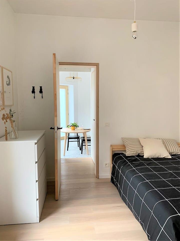 Lichtrijke design-studio met aparte slaapkamer