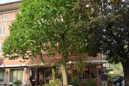 HOTEL A MONTECATINI TERME IMMERSO NEL VERDE - Montecatini Terme - Boutique-hotelli