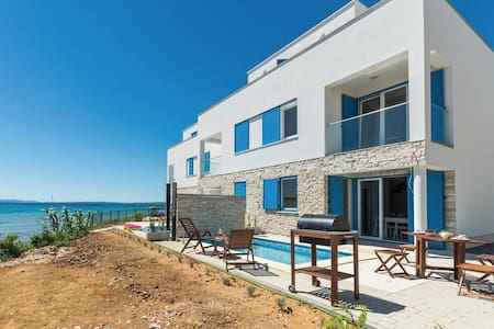 Beachside Villa for 6-30people with pool - Privlaka - Villa