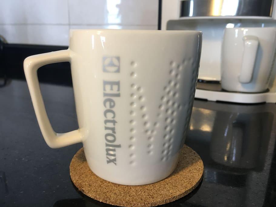 小厨房的台面还摆放着咖啡机和蒸煮机,早上悠闲地喝个咖啡,吃个早餐,这不是我们想要的闲适吗?
