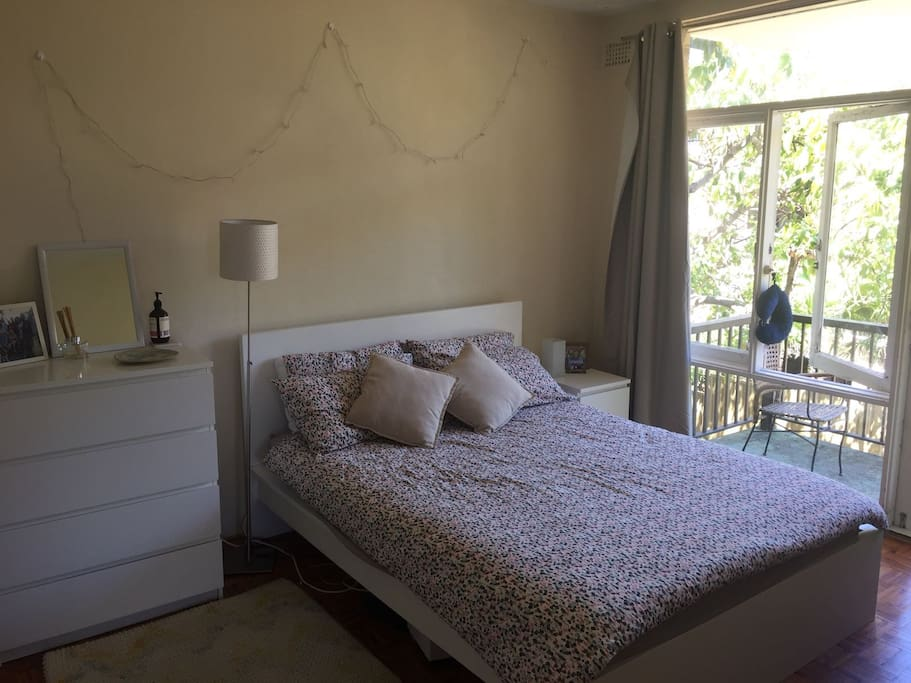 Main Bedroom with Queen sized bed and balcony view/access.