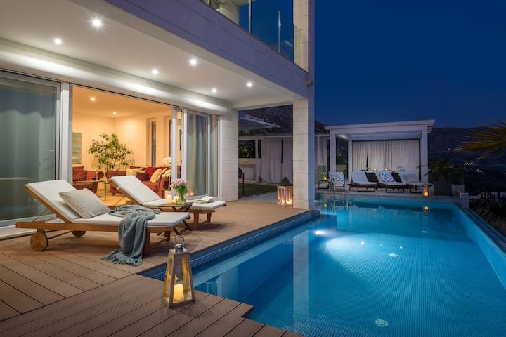 Infinity pool and seawiev