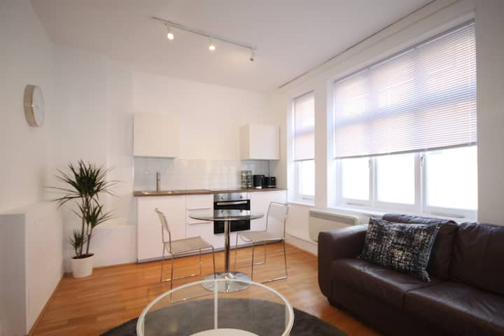 Modern & Bright, Central Soho, 1 Bedroom Apartment