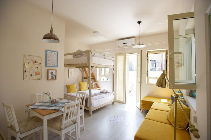 * Modern Central Studio with Balcony! *