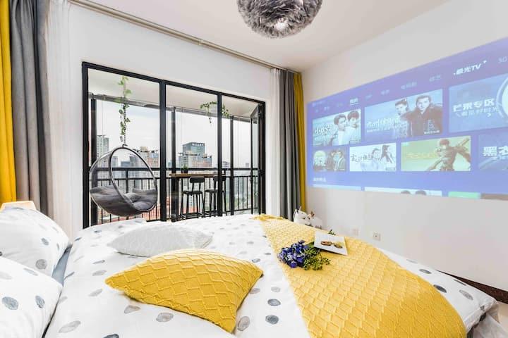 【小叙·刚好】城市中心北欧简约 大阳台 泡泡吊椅 大浴缸  黑板墙   投影仪公寓