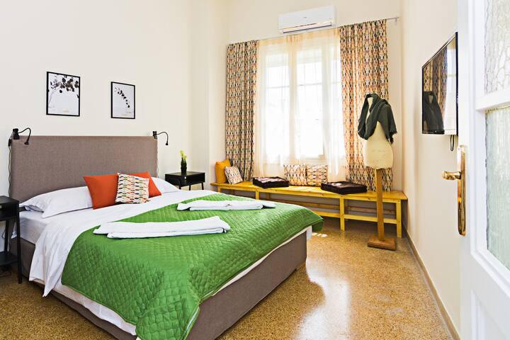 Private 1st floor 2 bedrooms apartment near metro