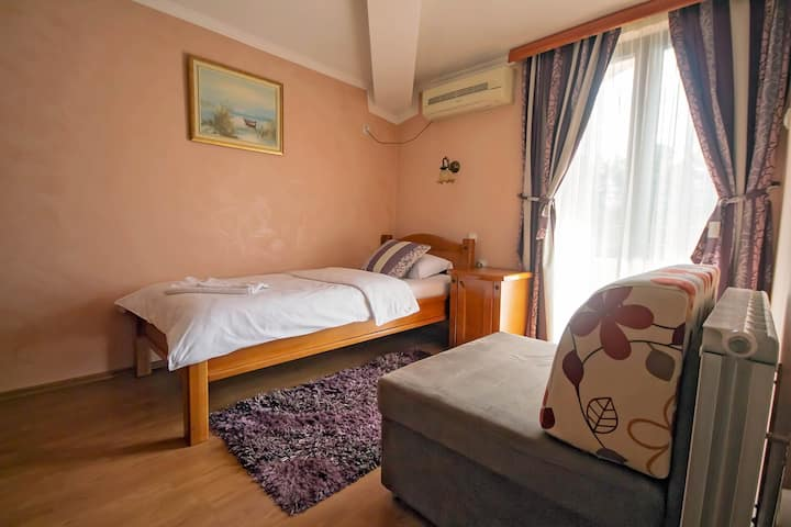 Hotel Holiday- Private Single Room - Breakfast Inc