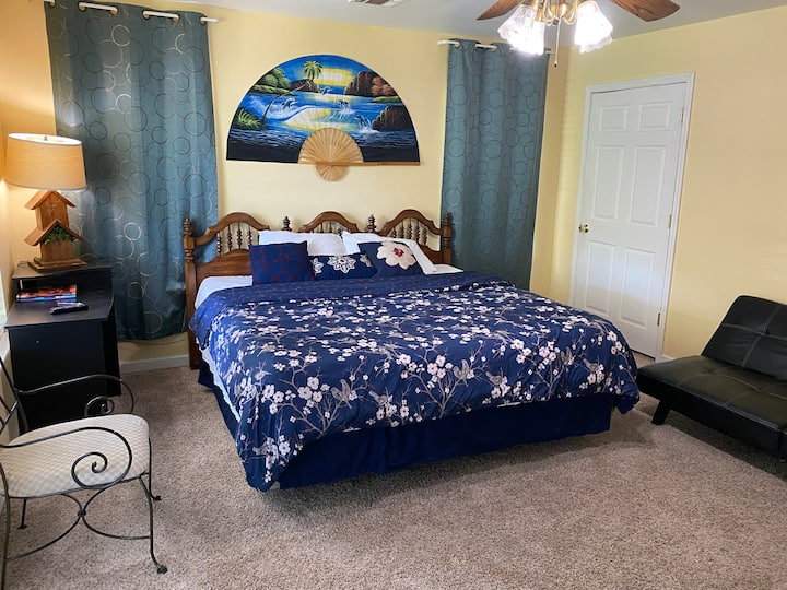Clean large room with king sizeBed, Wifi smart TV