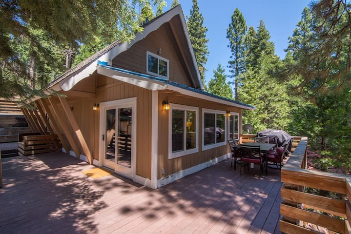Walking distance to Lake! Homewood and Squaw/Alpine all minutes away!
