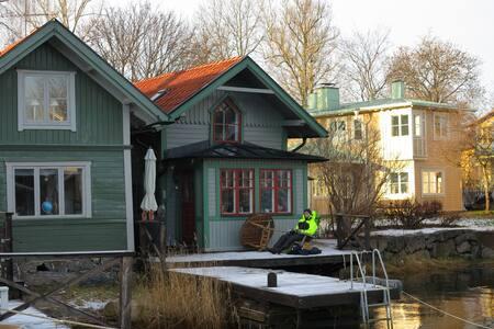 Bo på en brygga mitt i Vaxholm - Vaxholm - บ้าน