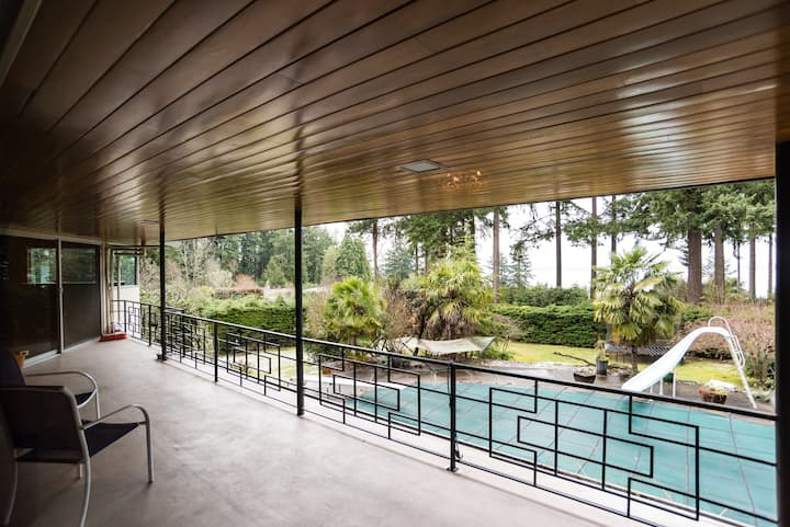 Luxury View Home in Seattle with seasonal Pool