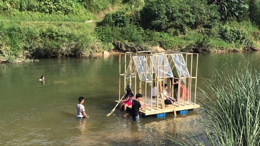 深圳的孩子们完成了一间可以漂在河上的房子。