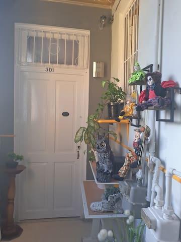 Puerta principal de acceso al apartamento