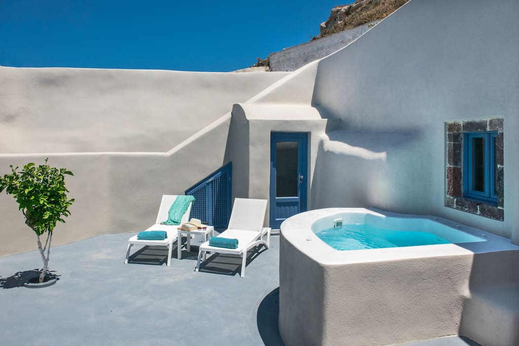 private apartment with outdoor jacuzzi santorini apartment hotels zur miete in pyrgos. Black Bedroom Furniture Sets. Home Design Ideas