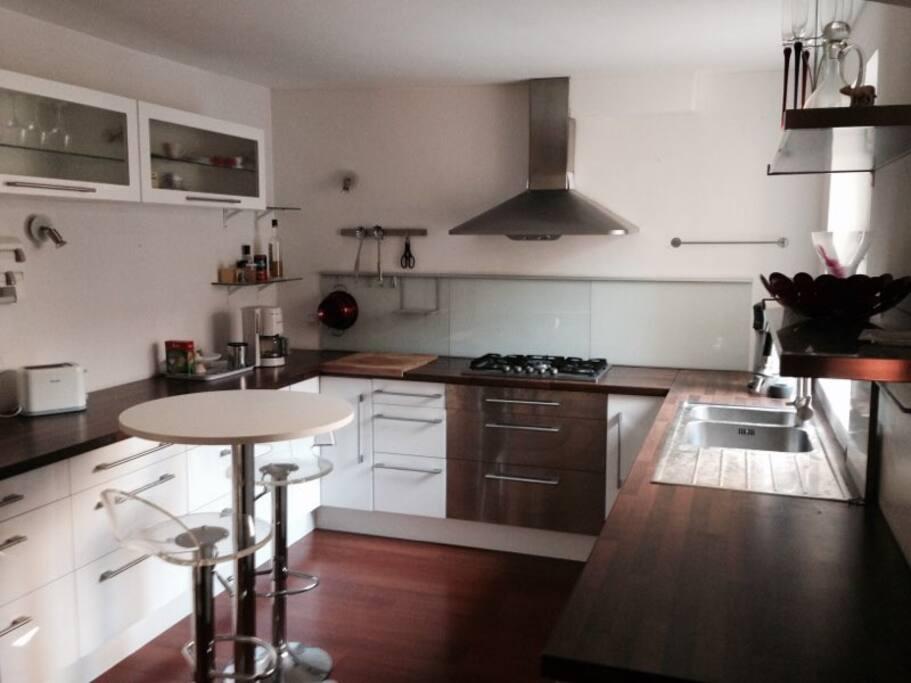 cuisine très bien équipée : four traditionnel, micro-ondes, lave-vaisselle, grille-pain