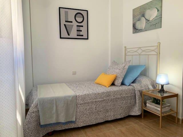 Habitación con cama individual 90x2,00.