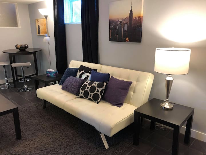 Just Off Broadway-Cozy One Bedroom Basement Suite