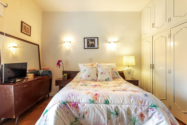 Amplia y confortable recámara privada, Cama matrimonial y un sofá cama