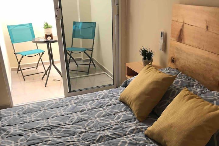 Dormitorio 1 moderno, acogedor, con estilo,   climatizado, con acceso a terraza espacio ideal para fumadores