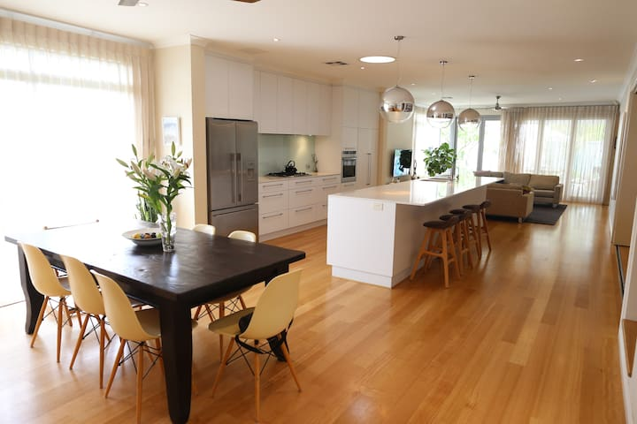Modern home with beautiful pool and alfresco - Wembley - Hus