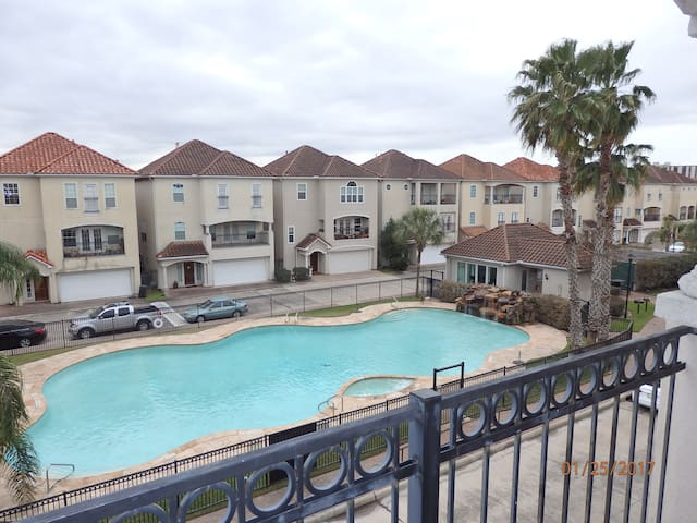 Entire 3-Story Townhouse 6.2 miles from NRG!!!