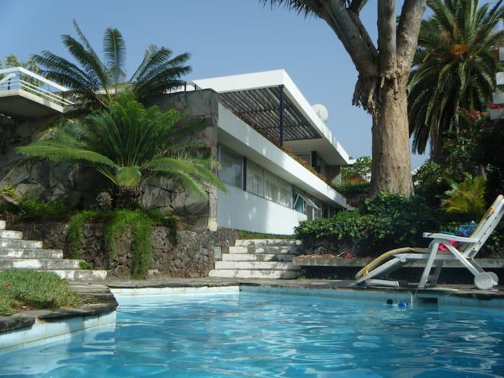Villa d'architecte avec vue mer et jardin