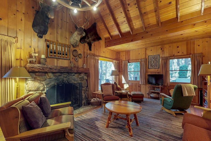 Happy Heart Lodge: Walk-to-Town Family Retreat