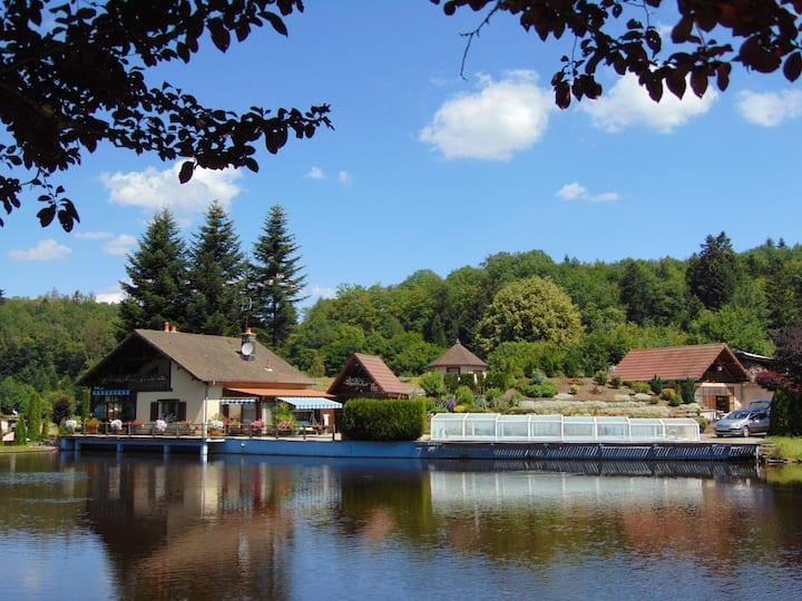 Maison avec piscine et étangs en pleine nature
