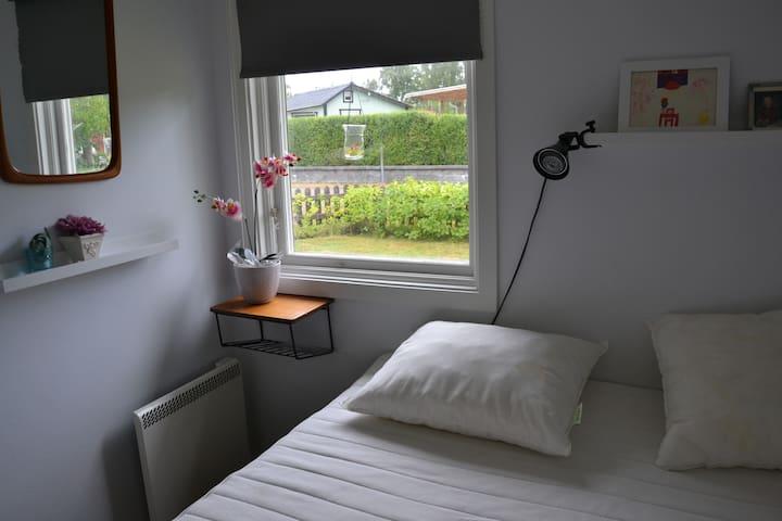 Sovrum med 140 cm säng