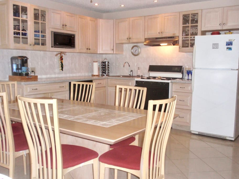 Well equipped kitchen with dishwasher.