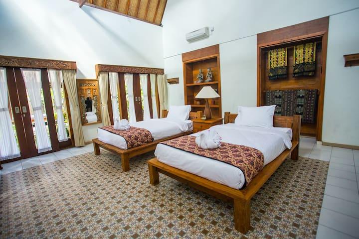 Spacious 1 br, 2-single beds w/pool