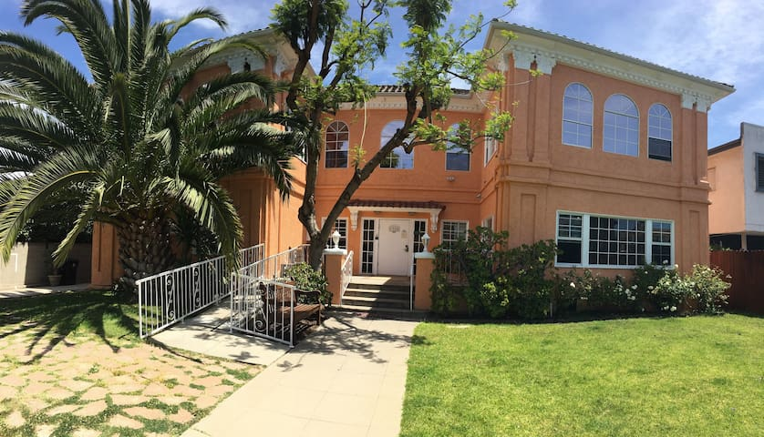 Monthly dorms at gramercy place houses for rent in los for Monthly rental los angeles