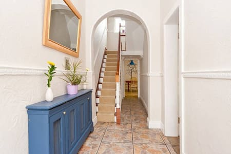 Charming hse, close to city centre. Free Parking. - Casa