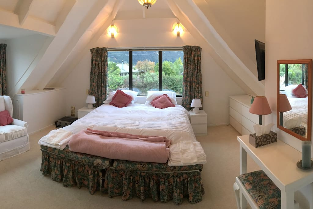 Master Suite - King sized bed, en suite, sofa and tv