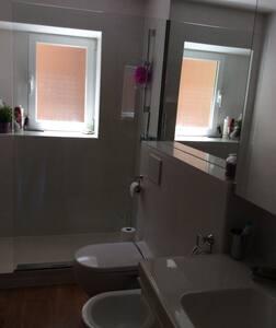 Habitación amplia, buena zona. - Appartement
