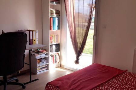 Chambre confortable avc bureau pour 1 ou 2 pers. - Buxy