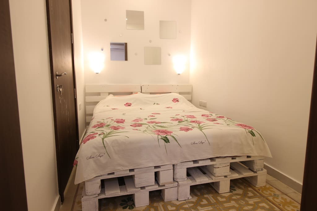 Bedroom with double bed sizes 140cm by 200cm