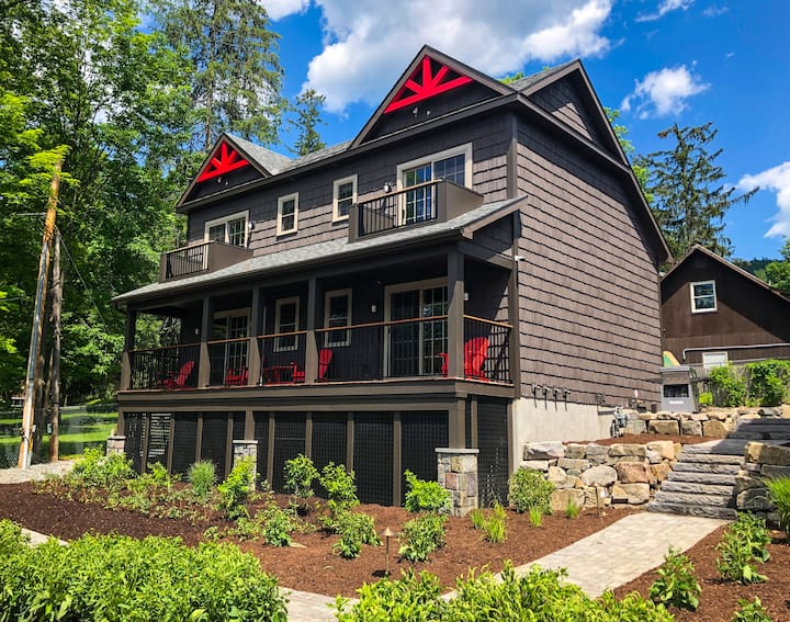 03 Lakeside Lodging - Right in Lake George