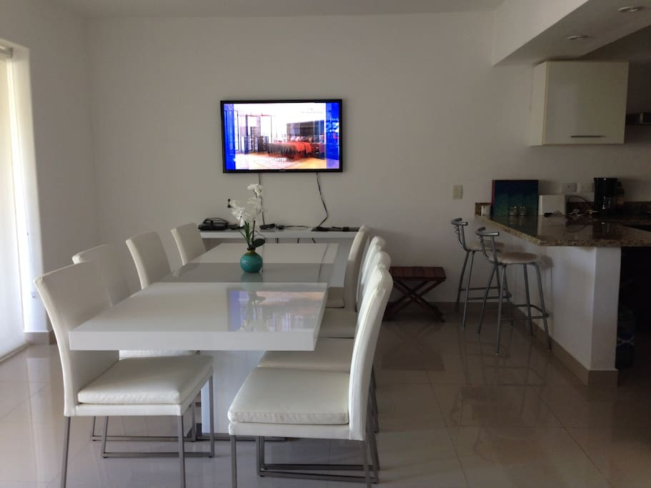Comedor y TV / Dinner Table & TV Room