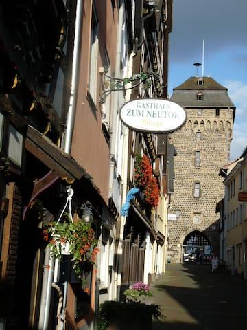 Neustrasse mit mittelalterlichem Stadttor